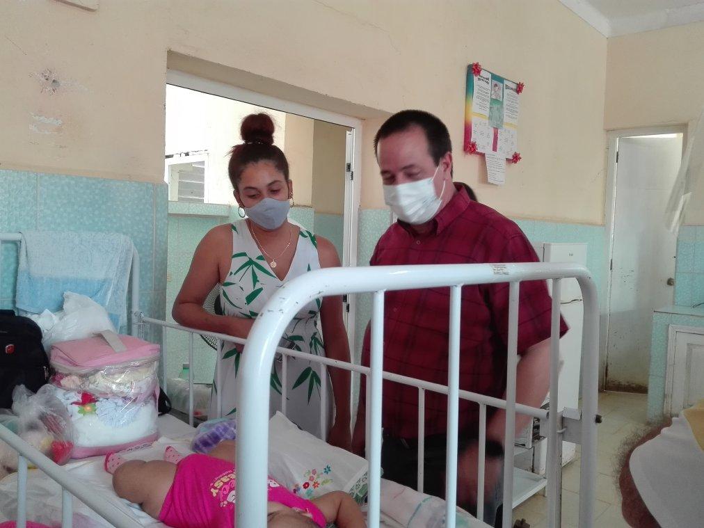 El titular recorrió salas del Hospital Pediátrico de Trinidad.