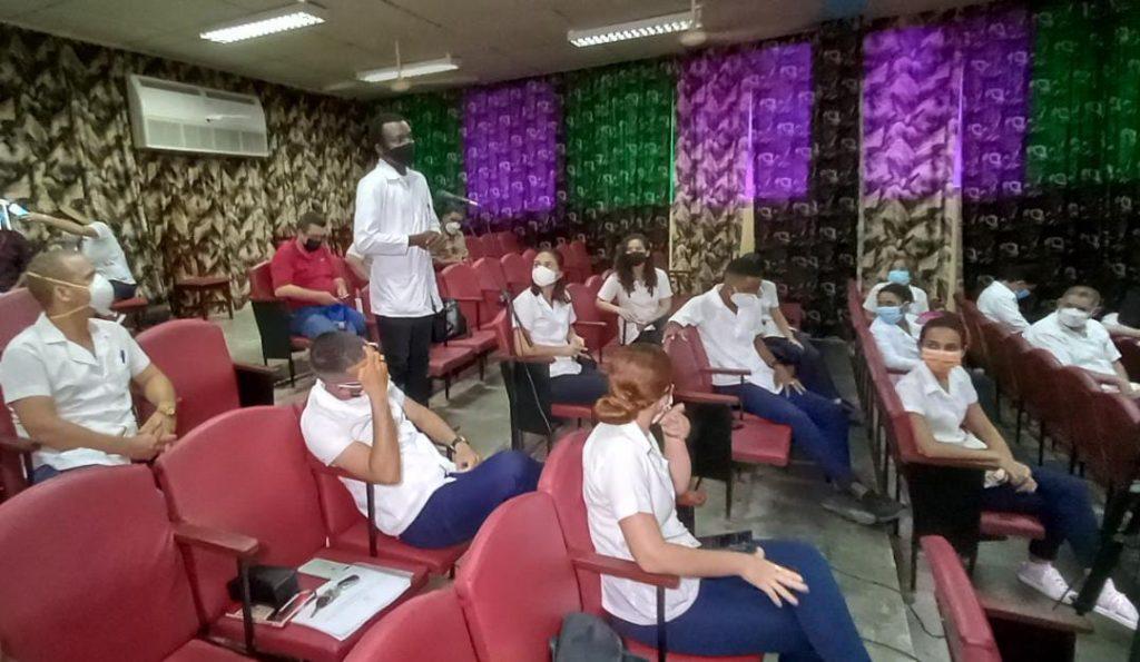 Estudiantes extranjeros que se forman en la Universidad médica espirituana intervinieron en el encuentro. (Foto: Yoan Pérez / Escambray)