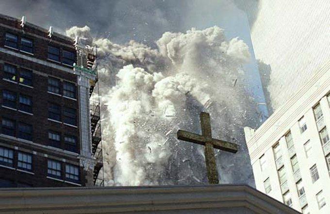Instantánea donada por un empleado del Servicio Secreto muestra el momento del colapso de la Torres World Trade Center.